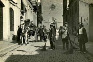 Historia de la Limpieza. 1934 Barrenderos en Gracia (Barcelona)