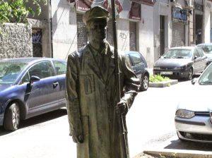 Avant Servicios - Profesiones antiguas olvidadas hoy en día - Estatua al sereno Manuel Amago