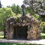 """""""Osera"""" de la antigua Casa de Fieras del Retiro, actualmente Jardines del arquitecto Herrero Palacios. La figura antropomórfica de la parte superior se añadió una vez cerrada la Casa de Fieras."""