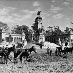 Limpiando el parque del Retiro. Foto antigua