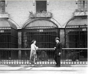 Posando delante de las jaulas de los felino, años 40-50