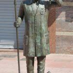 Escultura del artista Carlos Vento en Castellón (Valencia). Realizada en bronce, representa a un sereno, con un manojo de llaves, un chuzo y un farol