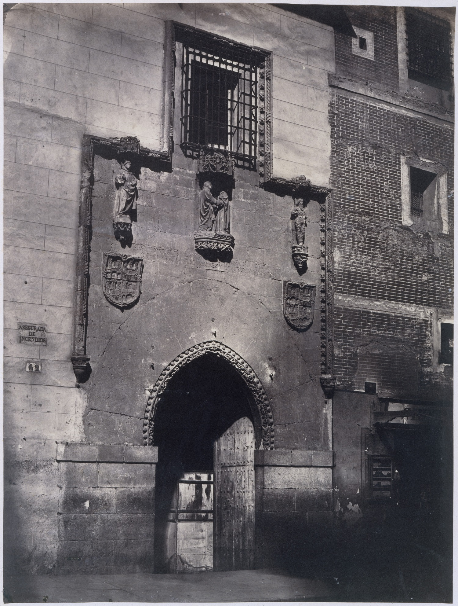 Fachada del hospital fotografiada por Charles Clifford a mediados del siglo xix